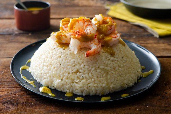 Riso al curry con gamberi